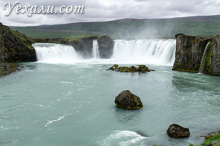 Водопады Исландии. На фото: водопад богов Годафосс (Godafoss).
