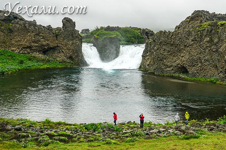 Водопады Исландии. На фото: Хьяулпарфосс (Hjalparfoss).