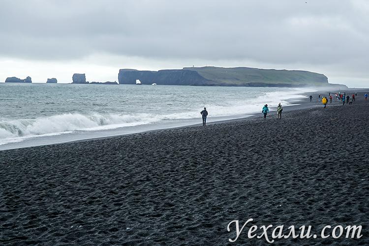 Черный пляж Рейнисфьяра и мыс Дирхолаэй в Исландии.