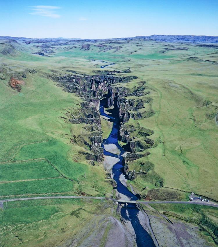 На фото: каньон Фьядраргльюфур (Fjaðrárgljúfur), Исландия.