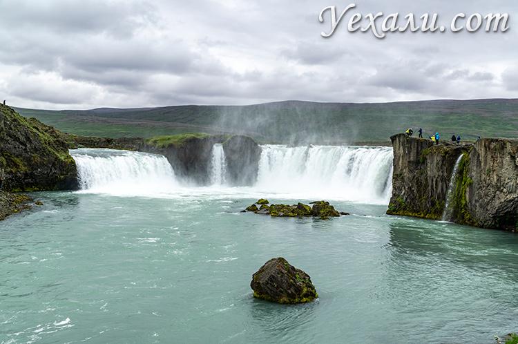 На фото: водопад богов Годафосс, Исландия.