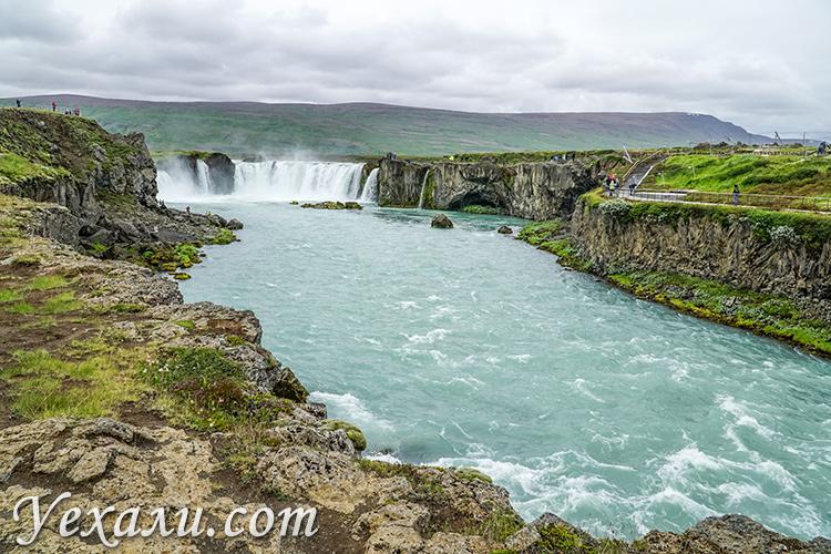 Фото водопада богов Годафосс в Исландии.