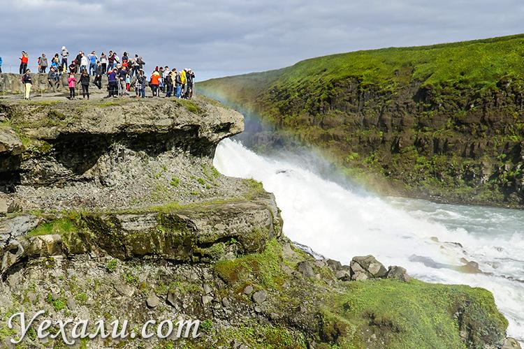 На фото: золотой водопад Гюдльфосс в Исландии.