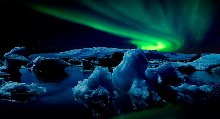 Ледниковая лагуна Йокульсарлон в Исландии и северное сияние.