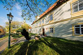 Отели в районе Градчаны, Прага. Loreta Hotel.