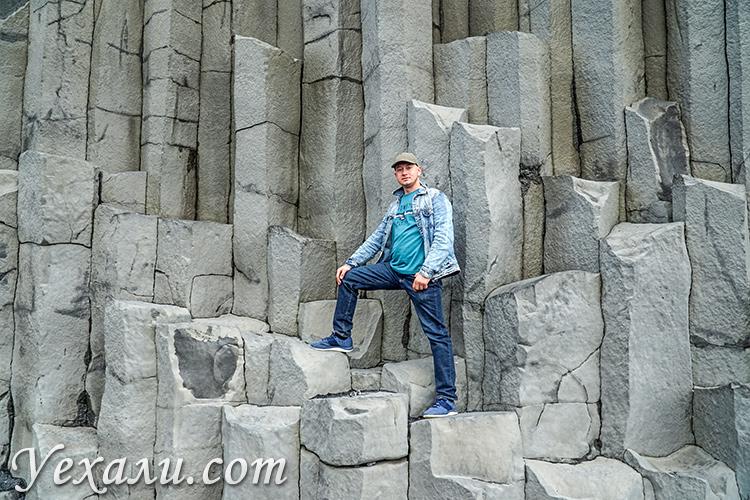 На фото: черный пляж Рейнисфьяра в Исландии. Базальтовые колонны.