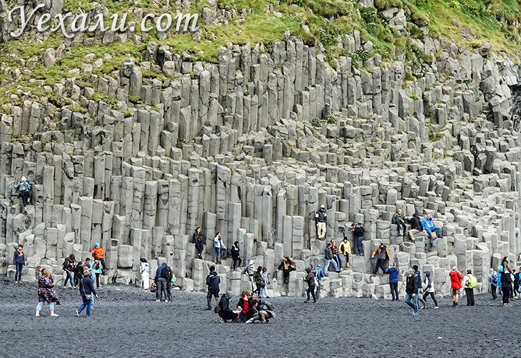 Черный пляж Рейнисфьяра в Исландии. Базальтовые столбы.