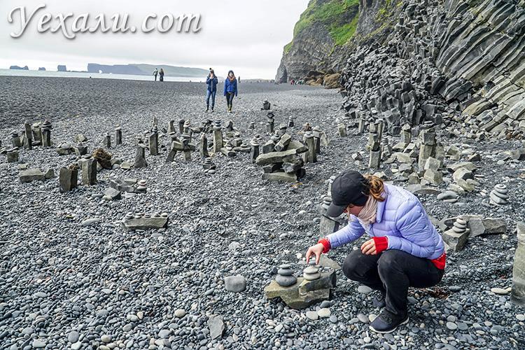 На фото: черный пляж Рейнисфьяра в Исландии.