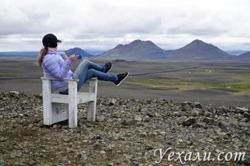 Стул для фотосессии посреди черной пустыни в Исландии