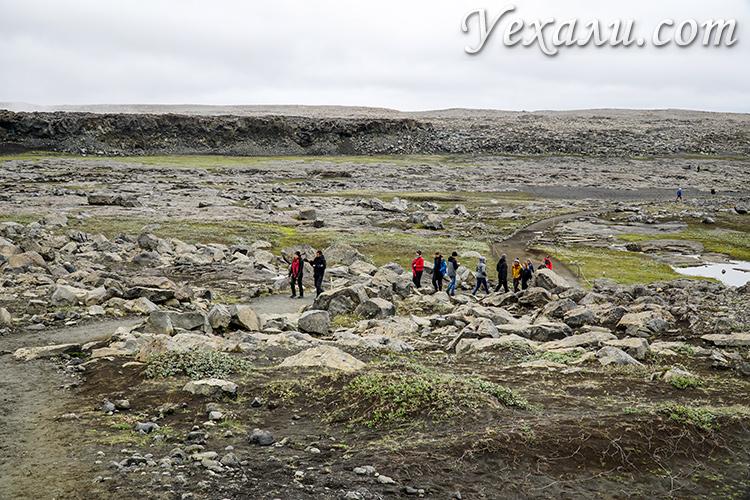 На фото: дорога на водопад Деттифосс, Исландия.