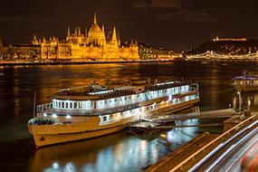Отели Будапешта рядом с купальнями Лукач. Grand Jules Boat Hotel.
