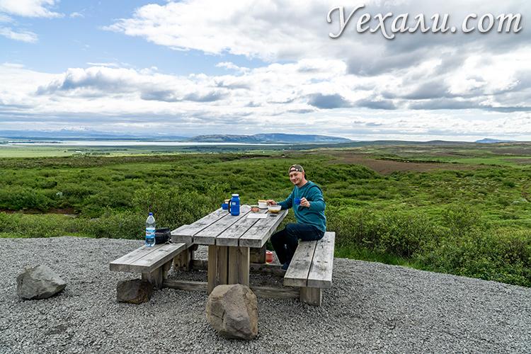 На фото: путешествие по Исландии на автомобиле, пикник у обочины.