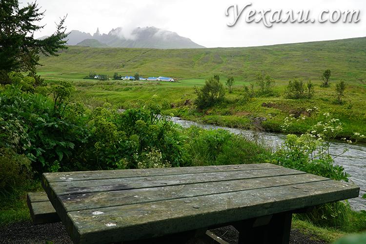 На фото: остановка в парке у реки недалеко от дороги, Исландия