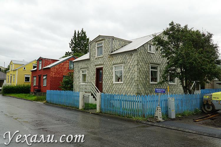 """Фото города Акурейри в Исландии, дом в """"рыбной чешуе"""""""