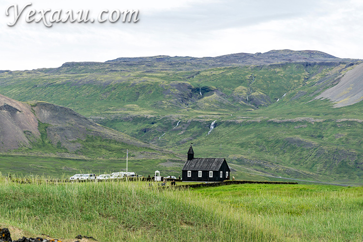 На фото: черная церковь в Исландии.