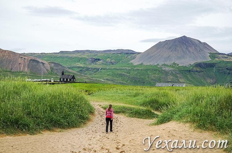 Черная церковь Будакиркья и желтый пляж Будир в Исландии.