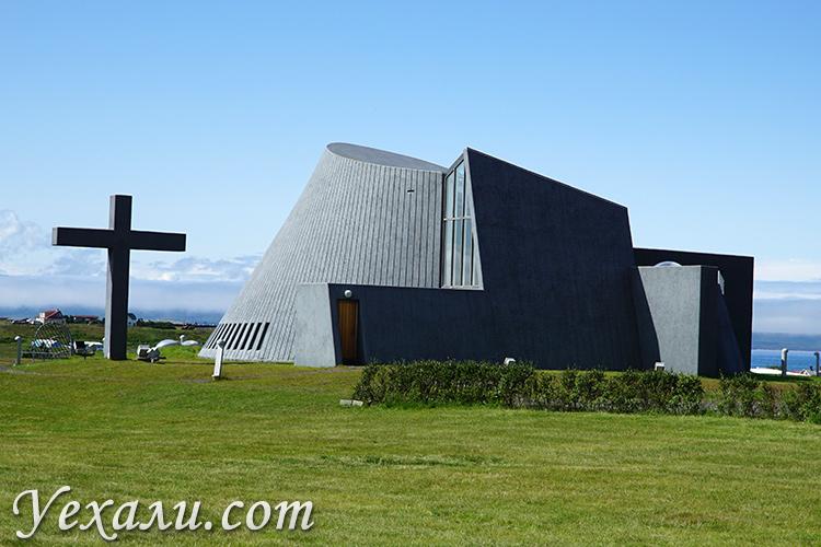 Церковь в городе Блендюуос в Исландии