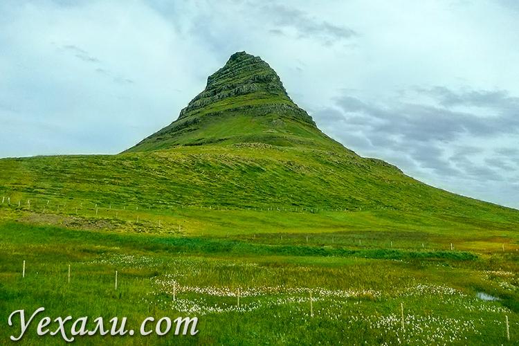 На фото: гора Киркьюфелл в Исландии.