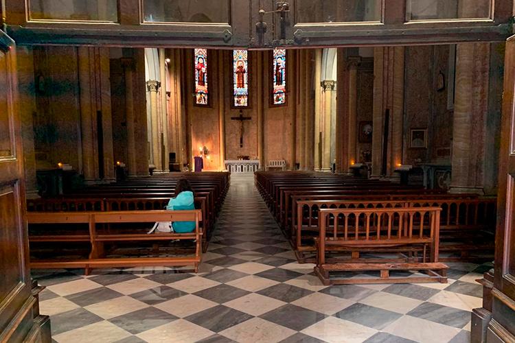 Неаполь, Италия. Пустая церковь во врем коронавирусной эпидемии