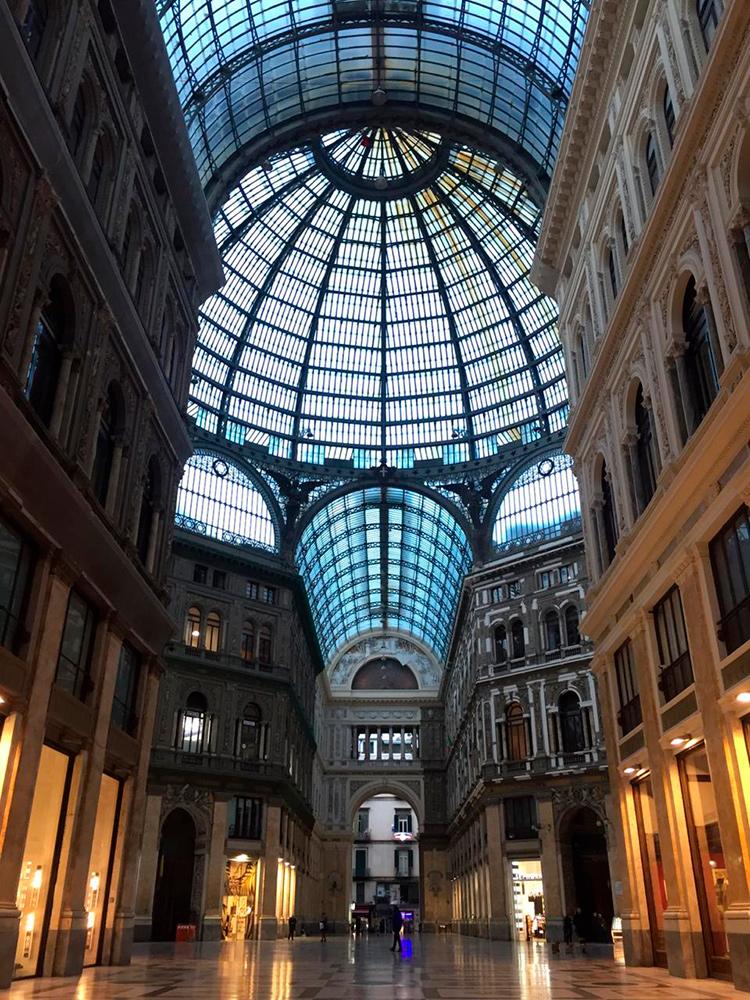 Фото пустого торгового центра в Неаполе, Италия во время эпидемии коронавируса