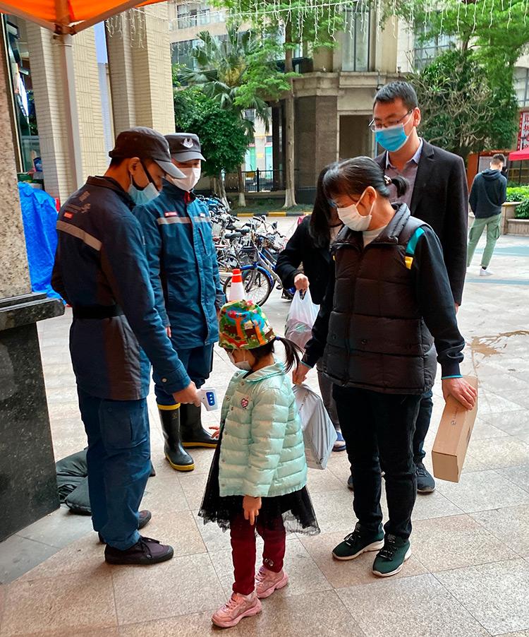 Масочный режим и повсеместное измерения температуры в Гуанчжоу, Китай