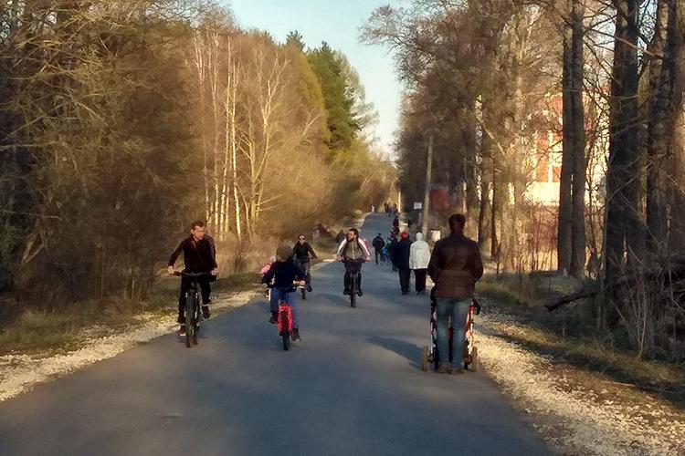 Московская область. Люди гуляют на самоизоляции.