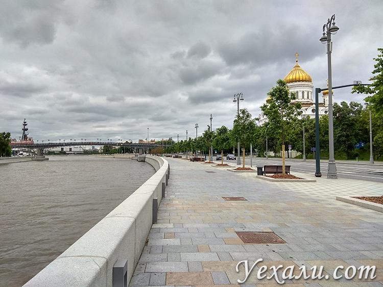 Москва, Кремлевская набережная, прохожих нет.