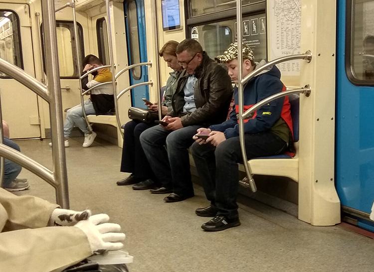 Эпидемия коронавируса в России, люди без масок в московском метро.