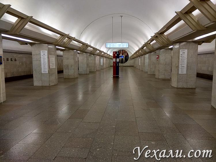 """Москва, режим самоизоляции. Станция метро """"Полянка""""."""