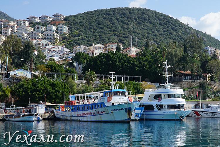 Паром из турецкого Каша на греческий остров Кастелоризо.