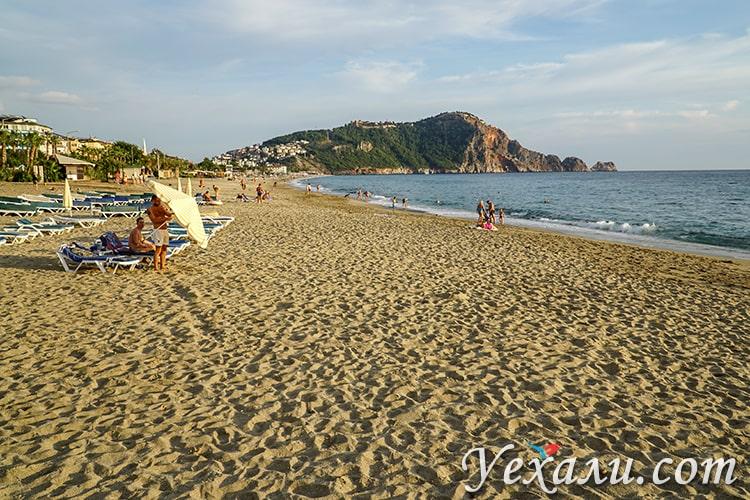 Турция, ноябрь, пляж Клеопатры в Алании.