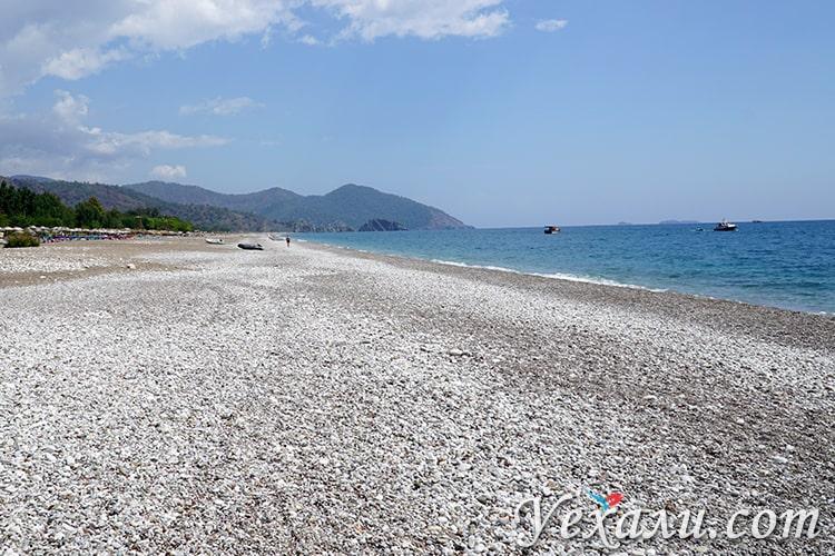 На фото: галечный пляж в Чиралы, Турция.