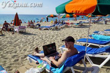 Пишу статью про пляжи Алании на пляже Клеопатры.