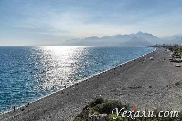 Фото пляжа Коньяалты в Анталии в ноябре.