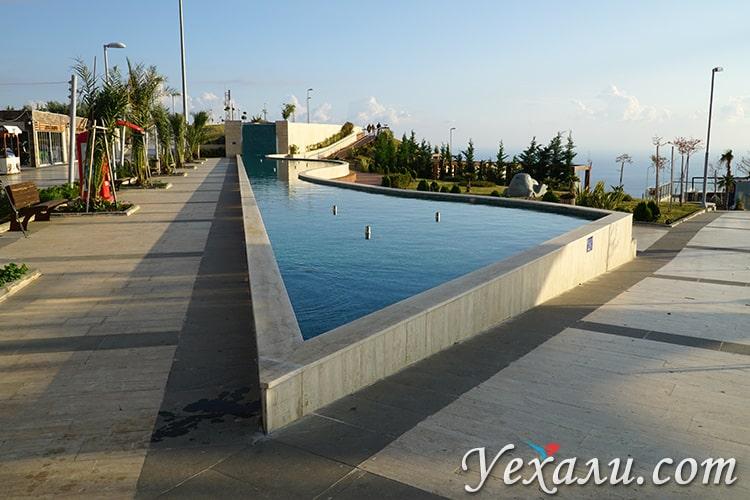 Парк и фонтан около смотровой площадки I Love Alanya, Турция.