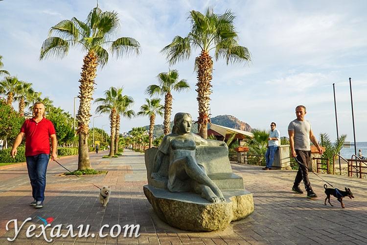 Набережная пляжа Клеопатры в турецкой Алании.