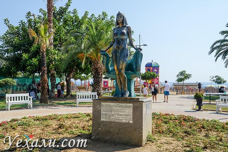 Памятник Клеопатре на пляже Клеопатры в Алании, Турция.